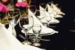 Стильной таблицы украшенные роскошью установленные на золотой вечеринке по случаю дня рождения стоковые фотографии rf