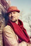 Стильно одетый, бородатый человек в смешной шляпе стоковое фото