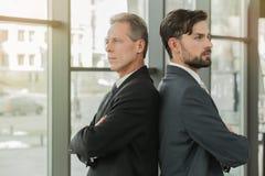 Стильные бизнесмены работая в офисе Стоковая Фотография RF