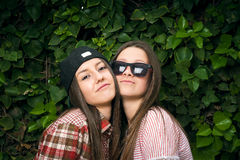 Стильные девушки в парке Стоковая Фотография