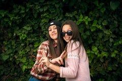 Стильные девушки в парке Стоковые Фотографии RF