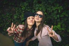 Стильные девушки в парке Стоковая Фотография RF