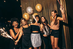 Стильные девушки наслаждаясь партией на ночном клубе Стоковое Изображение