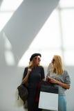 Стильные девушки на предпосылке стены Стоковое Изображение
