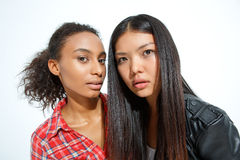 Стильные девушки представляя на камере Стоковая Фотография