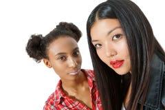 Стильные девушки представляя на камере Стоковые Фотографии RF