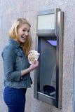 Стильные деньги чертежа женщины на внешнем банке ATM Стоковые Изображения
