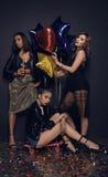 Стильные женщины представляя около воздушных шаров во время партии Стоковые Изображения