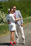 Стильные молодые пары в сельской местности стоковое фото rf