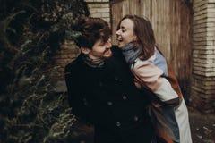 Стильные пары имея потеху и смеясь над в парке осени человек и w Стоковая Фотография RF