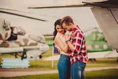 Стильные пары обнимая outdoors Стоковые Изображения