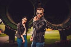 Стильные пары outdoors женщины tux человека 3 фокуса предпосылки красивейшие стоковые изображения