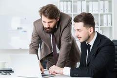 Стильные предприниматели обсуждая проект дела Стоковая Фотография RF