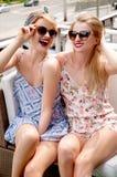 Стильные сексуальные красивые женщины моделируют в одеждах лета ярких Стоковые Изображения