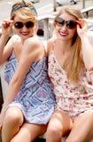Стильные сексуальные красивые женщины моделируют в одеждах лета ярких Стоковое Фото