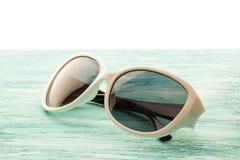 Стильные солнечные очки на деревянном конце предпосылки вверх горизонтально Стоковые Фотографии RF