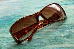 Стильные солнечные очки на деревянном конце предпосылки вверх горизонтальный s Стоковые Изображения