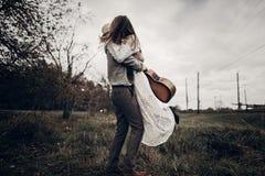 Стильные танцы пар битника в ветреном поле женщина цыганина boho стоковые фото