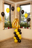 Стильные украшения дня рождения для мальчика на его четвертом дне рождения Стоковая Фотография RF