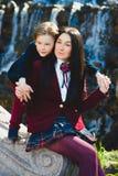 Стильные ультрамодные мальчик и женщина или сын с представлять матери внешний Стоковое Фото