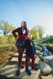 Стильные ультрамодные мальчик и женщина или сын с представлять матери внешний Стоковые Фотографии RF