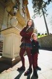 Стильные ультрамодные мальчик и женщина или сын с представлять матери внешний Стоковая Фотография RF
