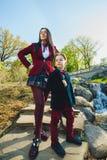 Стильные ультрамодные мальчик и женщина или сын с представлять матери внешний Стоковое Изображение RF