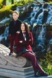 Стильные ультрамодные мальчик и женщина или сын с представлять матери внешний Стоковая Фотография
