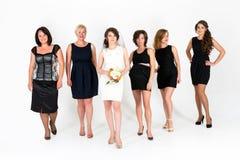 Стильные bridesmaids имея потеху с невестой Жизнерадостные счастливые девушки празднуют партию bachelorette невесты Всход студии Стоковое фото RF