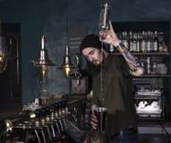 Стильный бармен в действии в баре Стоковая Фотография RF