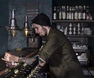 Стильный бармен делая коктеиль Стоковая Фотография RF