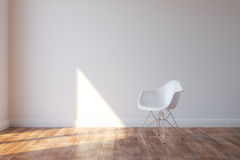 Стильный белый стул в интерьере минималистичного стиля стоковая фотография rf