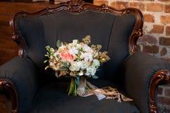 Стильный белый bridal букет с хлопком в кресле ab стоковое фото rf