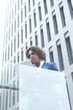 стильный бизнесмен стоящий вне офиса и удерживания цифровая таблетка Стоковые Изображения