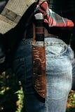 Стильный богатый нож на рюкзаке путешественника в солнечном лесе в m стоковые фото