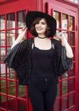 Стильный великобританский портрет очаровательной молодой женщины с короткими волосами брюнет в afashionable шляпе идя вниз Стоковые Фотографии RF