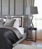 Стильный интерьер спальни с чернотой сделал по образцу подушки на кровати Стоковые Изображения
