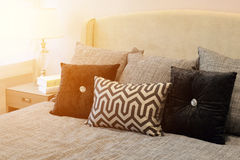 Стильный интерьер спальни с чернотой сделал по образцу подушки на кровати Стоковое Изображение