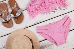 Стильный комплект пляжа, деревянная предпосылка Стоковое Изображение
