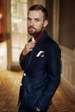 Стильный красивый представлять groom, смотря уверенно в изумлять su стоковая фотография