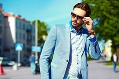 Стильный красивый человек в костюме в улице Стоковое Изображение