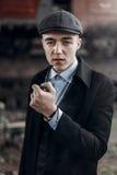 Стильный курить человека гангстера представлять на предпосылке железной дороги e Стоковая Фотография RF