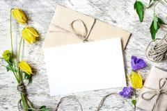 Стильный клеймя модель-макет для показа ваших художественных произведений винтажная поздравительная открытка свадьбы Стоковые Изображения