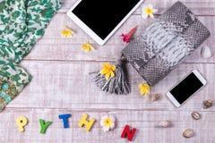 Стильный Модное Lady& x27; аксессуары s Роскошная сумка кожи питона, таблетка, smartphone, plumeria цветет, раковины Стоковое фото RF