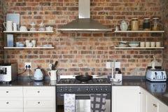 Стильный домашний интерьер с открытой кухней плана Стоковые Фотографии RF