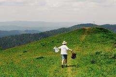 Стильный путешественник битника держа карту и ход и имея потеху Стоковая Фотография