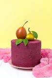 Стильный торт Marsala цветов украшенный с грушами и tangerines на пастельной желтой предпосылке Стоковое Фото