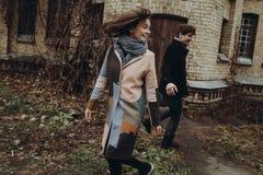 Стильный человек и женщина имея потеху и смеясь над в парке осени Co Стоковые Фотографии RF