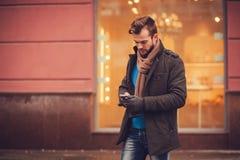 Стильный человек с smartphone Стоковое Изображение RF
