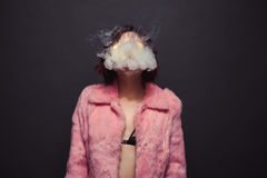 Стильный дым девушки вне Стоковая Фотография